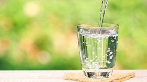 Vue d'un verre en train de se remplir d'eau