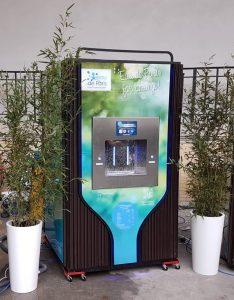Une fontaine à eau raccordée au réseau d'eau potable lors d'un salon à Paris