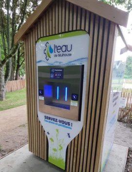 Une fontaine à eau raccordée au réseau d'eau potable à Mulhouse. Il s'agit d'un modèle Fontaineo en bois.