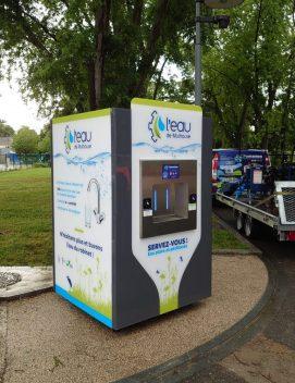 Une fontaine à eau raccordée au réseau d'eau potable à Mulhouse. Il s'agit d'un modèle L'Émergence grise et blanche.