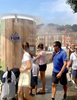 Illustration montrant plusieurs personnes autour d'un Ilot de fraîcheur proposé par Fontaineo à Nice, durant l'été 2020