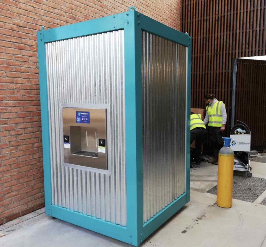 Fontaine à eau en cours d'installation par des techniciens Fontaineo